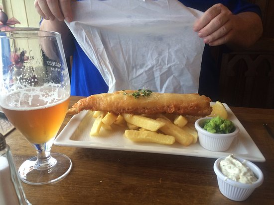 Lucan, Irland: Amazing fish and chips (mushy peas not bad either)
