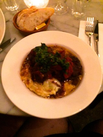Fitzroy, Australien: Traditional slow cooked Osso Bucco with scalloped potatoes.