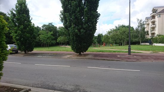 Ibis Paris Maisons Laffitte : Park opposite with paths leading to Seine