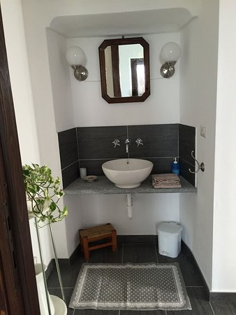 "Montegrosso d'Asti, Italia: Apartment ""Gilda"": the basin of the bathroom"