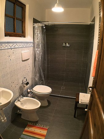 "Montegrosso d'Asti, Italia: Apartment ""Maddalena"": the bathroom with a large shower for two people"