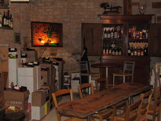 Aux Choeurs De Bacchus: Notre cave et bar à vins