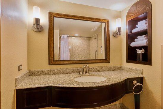 Atascadero, CA: Our spacious Standard Guest Bathroom