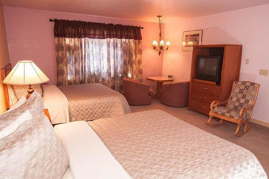 Valley Hi Motel: Standard Two Queen-B2Q