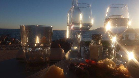 Saint-Cyr-sur-Mer, Francia: table en bordure de la promenade avec l'impression de se trouver sur le sable