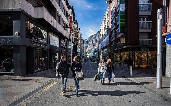 Escaldes-Engordany, Andorre : Shopping en Vivand / Shopping à Vivand