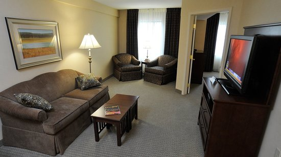 Clarence, NY: King One Bedroom Suite
