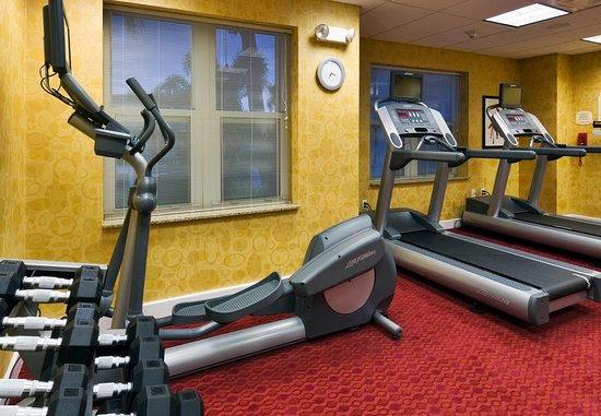 Порт-Сент-Люси, Флорида: The 24-hour fitness center offers cardio machines and free weights.