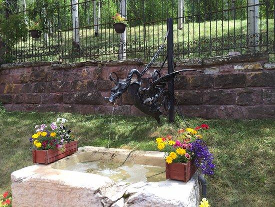 Redstone, Колорадо: courtyard dragon fountain