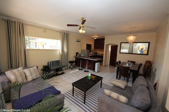 Germiston, Sudáfrica: Open plan, L Shape Lounge Suite, Dinning Room with 6 Chairs and Kitchen