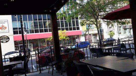 เซนต์แคทเทอรีนส์, แคนาดา: People can eat outside as well!