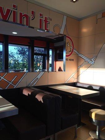Panche Per Fast Food.Saletta Con Tavoli E Panche Picture Of Mcdonald S Milan Tripadvisor