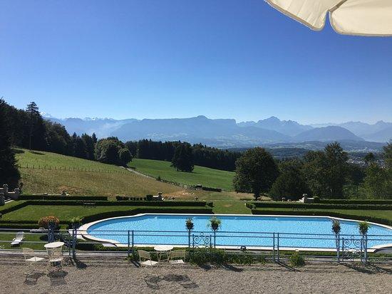 Cruseilles, Francia: La piscine et la vue dégagée. A gauche on devrait voir le Mont-Blanc et à droite le lac d'Anneçy