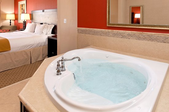 Holiday Inn Express & Suites Crestview-our beautiful jacuzzi suite