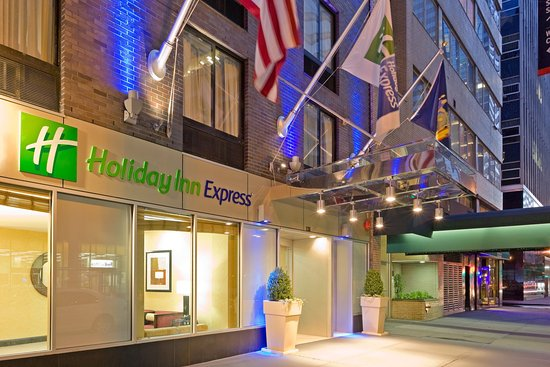 Holiday Inn Express New York City-Wall Street: Hotel Entrance at Dusk