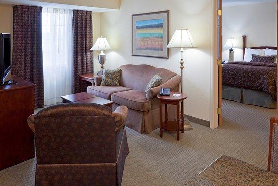 Royersford, Pensilvania: Two Bedroom / Two Bathroom Suite Living Room