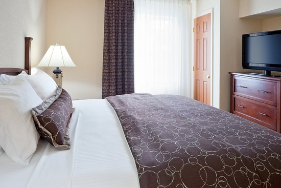 Royersford, PA: Luxurious King bed in the one bedroom suite