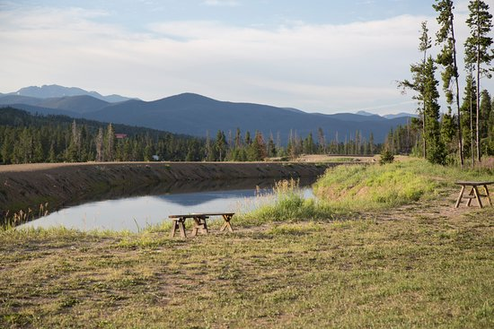 Mountain Lakes Lodge: a view from behind the cabin