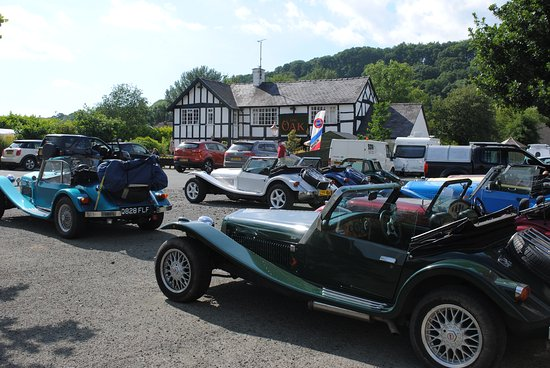 Guilsfield, UK: classic car friendly pub in mid wales