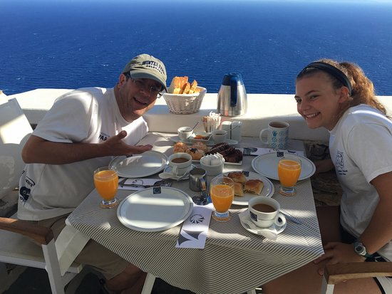 Anemomilos Apartments: Delicious breakfast with a view!