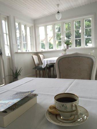 Hotel Villa Brinkly: Eftermiddagskaffe i tunna porslinskoppar, ett fantastiskt mysig hotell med världens finaste värd