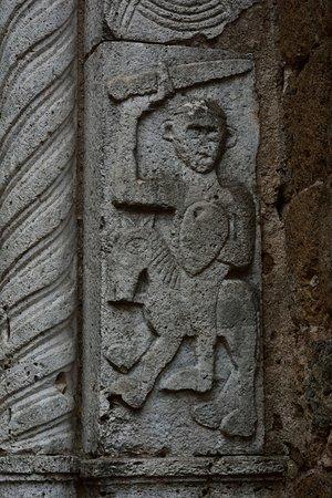 Sovana, Itália: Decorazione di cavaliere armato, epoca pre romanica del portale di ingresso