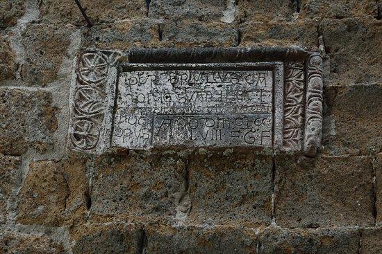 Sovana, Itália: Epigrafe nel muro laterale