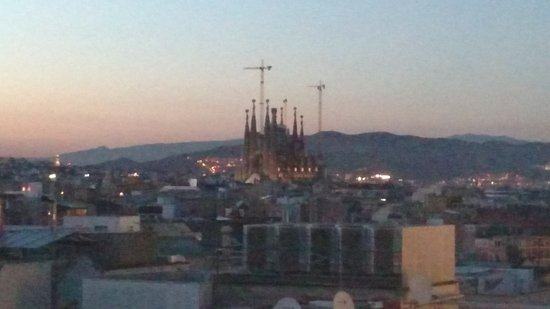 Hotel Avenida Palace: La Sagrada Familia from balcony at dusk.