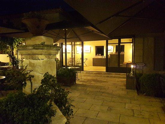 Boulbon, Γαλλία: La terrasse dehors le soir