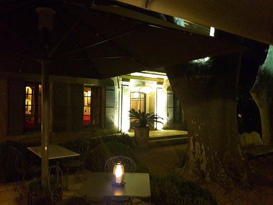 Boulbon, Γαλλία: Le jardin le soir + entrée vers les chambres + le très beau platane