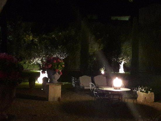 Boulbon, Γαλλία: autre vue du jardin le soir
