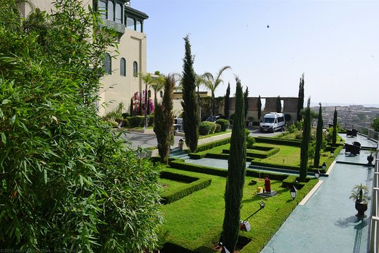 Palais Faraj Suites & Spa: Garden and parking