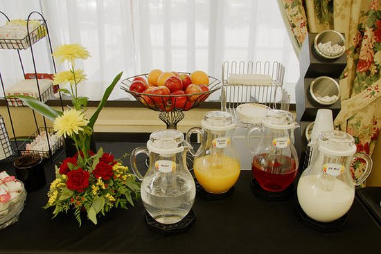Pointe Claire, Canadá: Free Continental breakfast