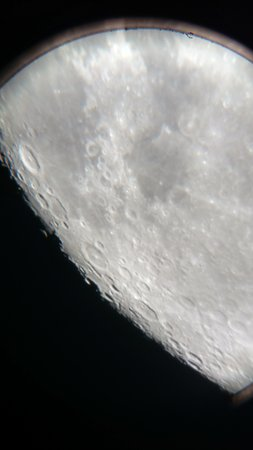 Lion's Head, Kanada: An image of the Moon, taken from a smartphone through our telescope