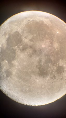 Lion's Head, Canadá: An image of the Moon, taken from a smartphone through our telescope