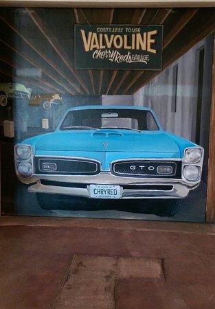 ไวท์, อิลลินอยส์: Local Artist paintings inside the bar are awesome