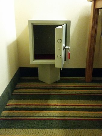 Super 8 Ottawa Starved Rock: All rooms have a safe at no charge to guest