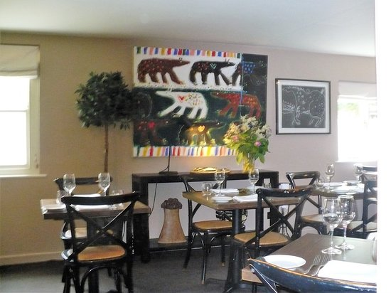 Abergavenny, UK: Inner dining area with wall art