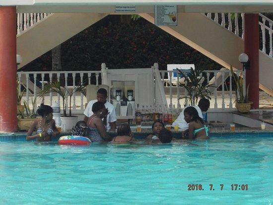 Puerto Plata Village Resort: menores en piscina de adultos