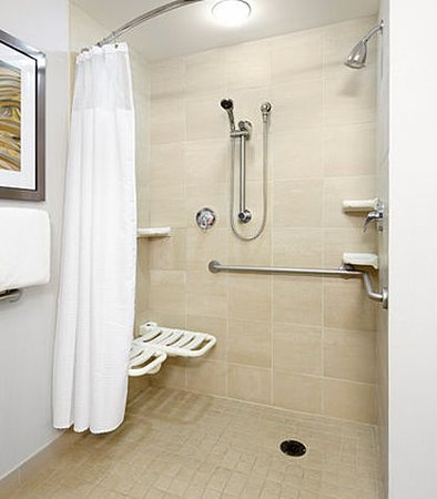 Greensburg, Πενσυλβάνια: Accessible Bathroom - Roll-In Shower
