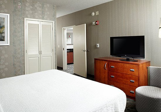 Greensburg, Πενσυλβάνια: King Suite - Sleeping Area