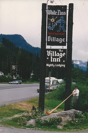 White Pass Village Inn: Look for this sign when you get to the top of the pass!
