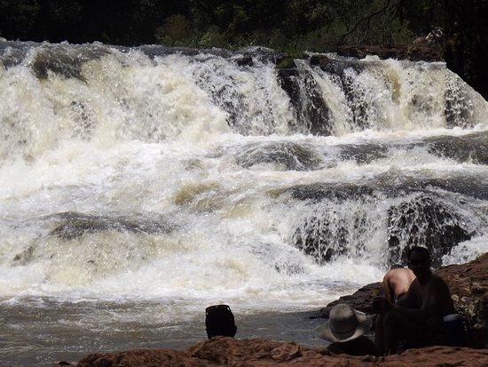 Jardin America, Argentina: Hermosas cascadas para sentarse debajo de ellas.