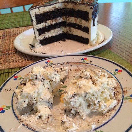 Aiken, Carolina del Sur: As you can see, the layers of icing are thicker than the dry, box cake.