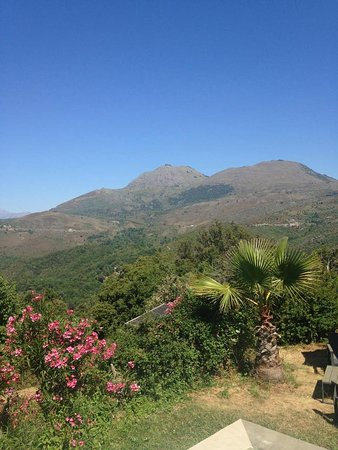 Gite Couvent d'Alando : Stunning mountains view from the pool