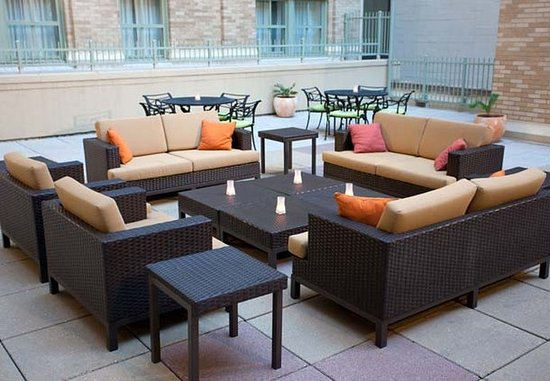 Courtyard Fort Worth Downtown/Blackstone: Outdoor Sitting Area