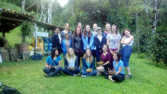 Hotel de Montana Aguas del Arenal : Estudiantes durante visita de intercambio comunitario