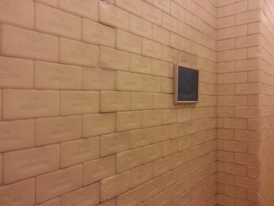 House of Terror Museum: muro in mattonelle in silicone ma rappresentanti quelle di sapone che venivano fatte con le ossa