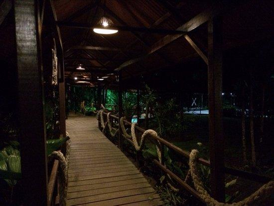Mawamba Lodge: Abendliche Stimmung auf dem Hotelgelände