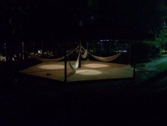 مومبا لودج تورتوغيرو: Hängematten unter Dach, aussen